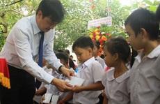 Trao 330 suất quà cho trẻ em khuyết tật và người nghèo tại huyện Nghĩa Hành