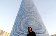 Cô gái làm cây thông Noel cao hơn 28m từ 129.000 chai nhựa bỏ đi
