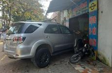 CLIP: Hiện trường vụ xe Fortuner tông 2 ô tô, 1 xe máy, lao vào nhà dân