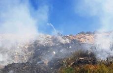 Cận cảnh 'núi' rác Cam Ly bốc cháy, khói bụi bao trùm TP Đà Lạt