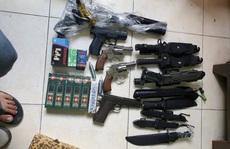 Khám xét kho súng, dao găm, kiếm... của 2 'ông trùm' ở quận Tân Bình