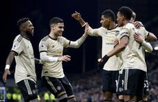Chủ nhà Burnley 'tặng quà', Man United vào Top 5