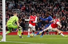 4 phút điên rồ, Arsenal gục ngã sân nhà trước Chelsea