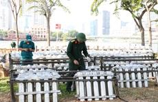CLIP: Cận cảnh 'trận địa' pháo hoa ở TP HCM