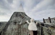 Thích thú đắp người tuyết trên đỉnh Fansipan ngày đầu đông