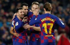 Messi nâng 'Quả bóng vàng', lập siêu phẩm hat-trick ở Nou Camp