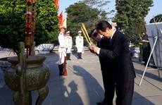 Nguyên Thủ tướng Nguyễn Tấn Dũng cùng lãnh đạo TP HCM dâng hương tại nghĩa trang liệt sĩ