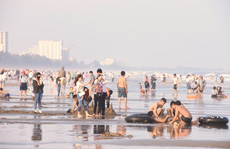 Biển Sầm Sơn sôi động ngày đầu năm
