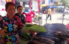 """Cá lóc nướng vía Thần Tài ở Đồng Tháp được gói bằng chiếc lá """"đặc biệt"""""""