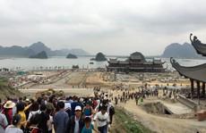 Hàng vạn du khách đổ về ngôi chùa 'lớn nhất thế giới' đang xây dựng ngổn ngang