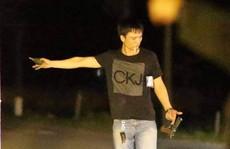 'Trùm' ma túy hút thuốc, cầm lựu đạn, súng ra khỏi xe ôtô khi bị vây bắt