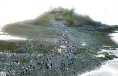 CLIP:  Ngàn người 'rẽ biển' viếng ngôi miếu linh thiêng