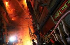 Không chạy được do kẹt xe, gần 70 người chết thảm trong đám cháy