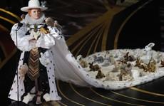 Đầm lập dị trên sân khấu lễ trao Giải Oscar bị chỉ trích