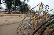 """""""Bẫy"""" đá hộc, lưới sắt B40 giăng trên bãi biển Sầm Sơn"""