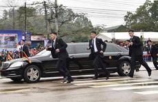 Tại sao ông Kim Jong-un để cận vệ chạy theo xe?