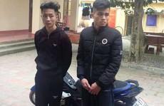 2 thanh niên 'chơi ngông' châm ngòi ném pháo nổ vào cổng công an huyện