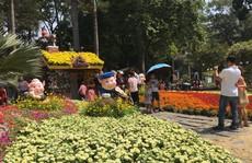 Người dân TP HCM và du khách ùn ùn 'check in' Hội hoa Xuân Tao Đàn mùng 1 Tết