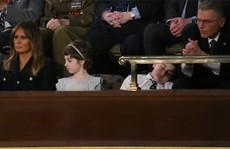 Cậu bé Trump ngủ gật khi nghe đọc Thông điệp Liên bang