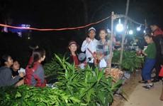 Nửa đêm đi… 'chợ thiêng'