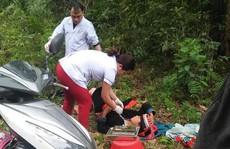 Bác sĩ phóng xe máy đến bìa rừng giúp sản phụ người Dao 'vượt cạn'