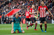 Harry Kane ghi bàn thứ 200, Tottenham vẫn thua sốc