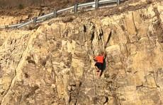 Ớn lạnh thanh niên rơi tự do từ đồi Con Heo xuống đất