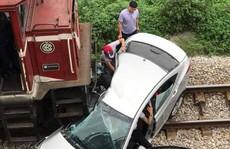 Băng qua đường sắt, xế hộp bị tông bẹp, 5 người thương vong