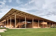 Độc lạ ngôi trường bằng gỗ và gạch bùn