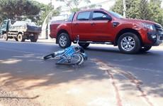 Xe khách tông rồi kéo lê 1 học sinh gần 30 m
