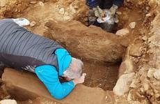 Đặt ống nước, vô tình 'mở cửa' mộ cổ 4.000 năm