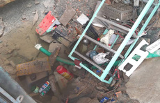 TP HCM: Vỡ đường ống dẫn nước tạo 'hố tử thần' giữa nhà dân
