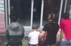 Nhóm người quỳ lạy trước nhà nữ chủ tịch phường để xin lại con bỏ rơi