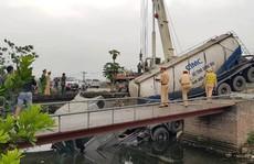 Sau khi cán chết người phụ nữ, xe bồn lao xuống kênh làm tài xế trọng thương