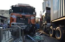 Xe container lao như 'tên bắn' vào nhà dân, 6 người suýt chết