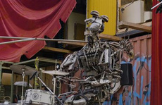 Robot làm từ phế liệu biểu diễn 'thần thái''như nhạc công
