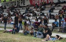 """""""Mẹ"""" của các đoàn người di cư sắp đến Mexico, Mỹ dọa đóng cửa biên giới"""