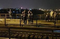 Tàu hỏa tông người đi bộ trên cầu Long Biên văng xuống sông Hồng mất tích