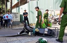 Ván từ công trình cao ốc văn phòng Etown 5 rơi, đè gục người chạy xe máy