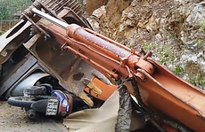 Người đàn ông đang đi xe máy bị máy múc trên xe tải rơi xuống đè chết