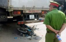 Bị cuốn vào xe tải đang rẽ qua đường, một thanh niên tử vong tại chỗ