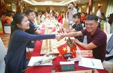 Hoa và sôcôla cho các nữ kỳ thủ, thần đồng 13 tuổi dẫn đầu HDBank