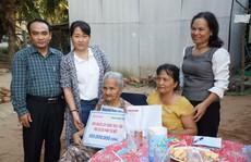 Trao 100 triệu đồng cho gia đình bà Phan Thị Niết