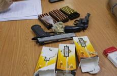 Bắt thanh niên mang 2 khẩu súng và hàng trăm viên đạn vào TP HCM