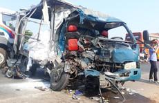 Xe container va chạm với ôtô tải, 3 người thương vong