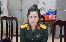 Bắt 1 nữ nhân viên công ty luật mặc quân phục đại tá quân đội