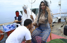 Độc đáo lễ vượt qua xích đạo, lính hải quân 'biến' thành vua thủy tề và hoàng hậu