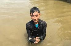 Điêu luyện lặn bắt tôm càng xanh, cua dưới sông Lam