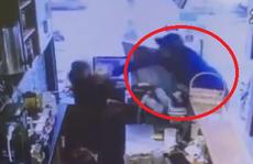 Nam thanh niên cầm gạch đập đầu nữ nhân viên quán trà sữa vì không đổi được tiền lẻ