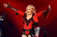Madonna gây sốc khi hát 2 bài, bỏ túi 1 triệu USD